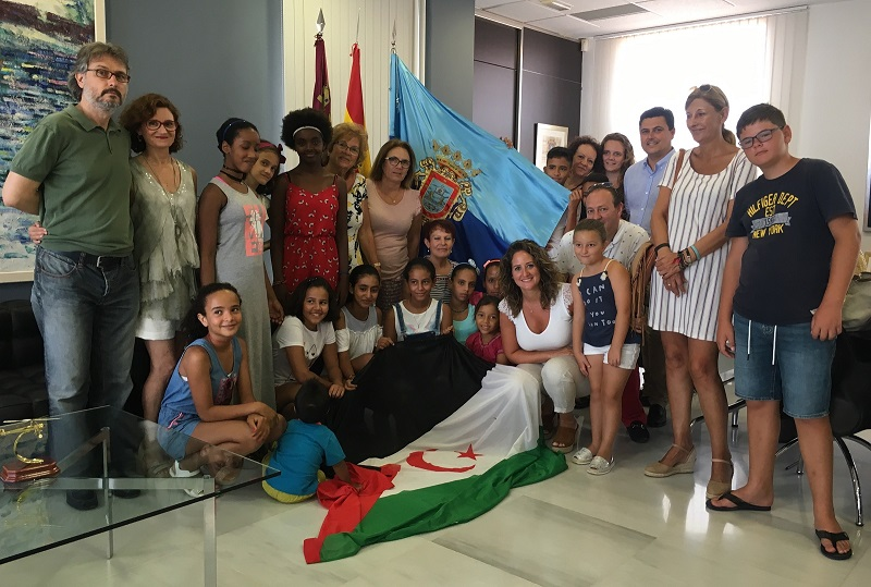 The mayor receives the nine Sahrawi children who spend the summer welcomed by families of the municipality